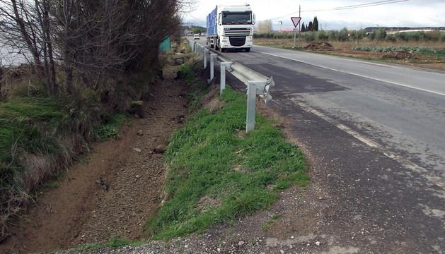 Imagen de la carretera de acceso a Ribaforada desde la A-68 con la acequia que se trasladará, a la izda.
