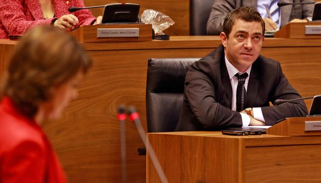 Yolanda Barcina y Roberto Jiménez, en el Parlamento de Navarra.