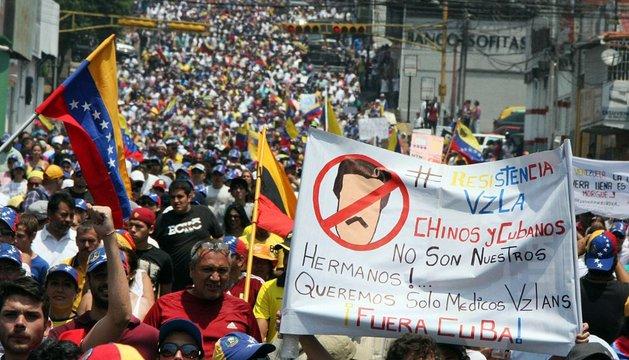 Opositores del presidente venezolano, en el aniversario de la muerte de Chávez