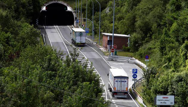 Dos camiones, en dirección Pamplona, a punto de entrar en el túnel de Belate.