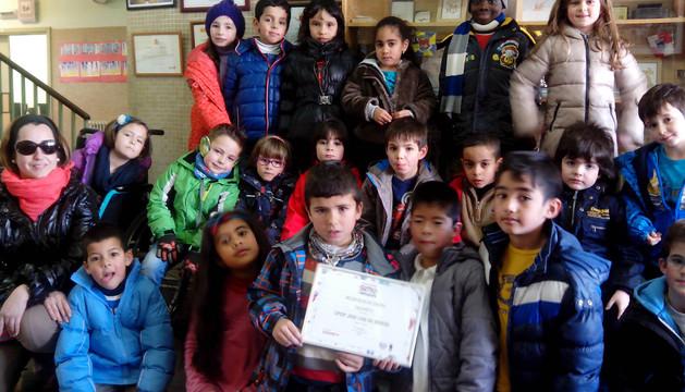 Alumnos del colegio corellano posan con el diploma que les acredita como ganadores del premio