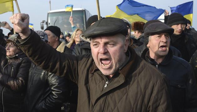 Varios ucranianos protestan en uno de los pasos de entrada a Crimea