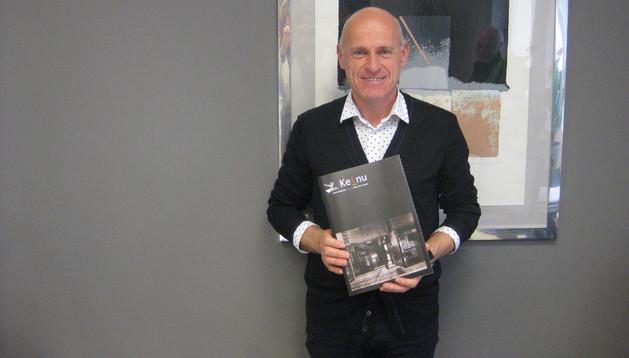 Josu Repáraz con la revista