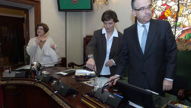 Ana Elizalde, en la foto entre la edil Ana Lezcano y el alcalde Enrique Maya, defendió las subvenciones