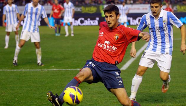 Oier controla el balón en la última visita en Liga del Málaga