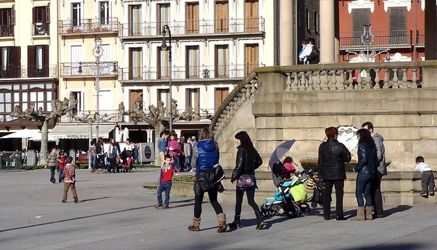 Los pamploneses disfrutaron de un sábado soleado en la capital navarra.