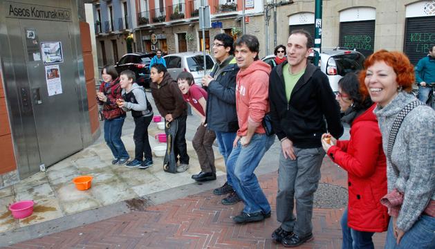 Varias personas emularon no poder orinar en la plaza San Francisco