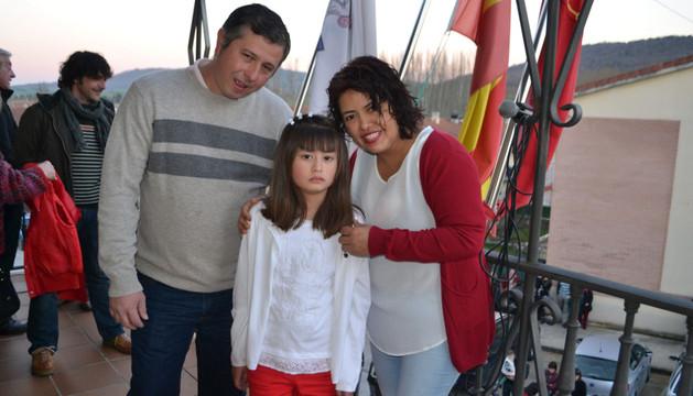 Angélica Mª Ponce Urguiléz posa junto a sus padres, César y Ana Mª, en el balcón del consistorio
