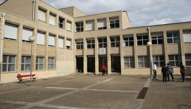 En la imagen de archivo, aspecto parcial del patio del instituto de Biurdana