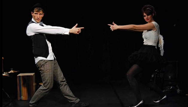 Txues Eguilaz (izda.) y Edurne Arizu, durante un momento del espectáculo