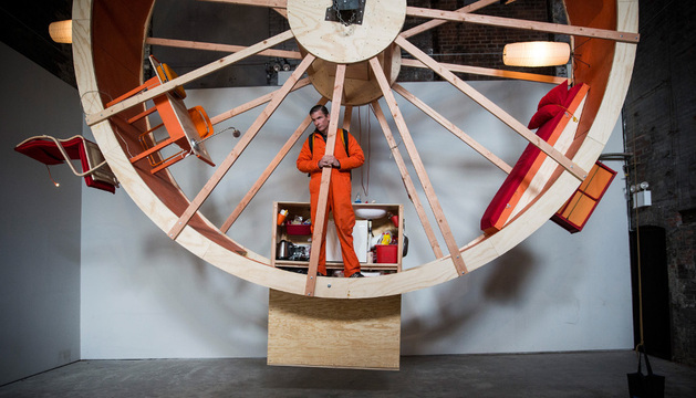 Alex Schweder, artista, dentro de la rueda de hámster