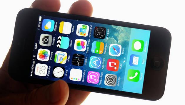 Un hombre muestra el Iphone 5