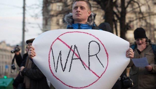 Un ucraniano, con un cartel contra la guerra