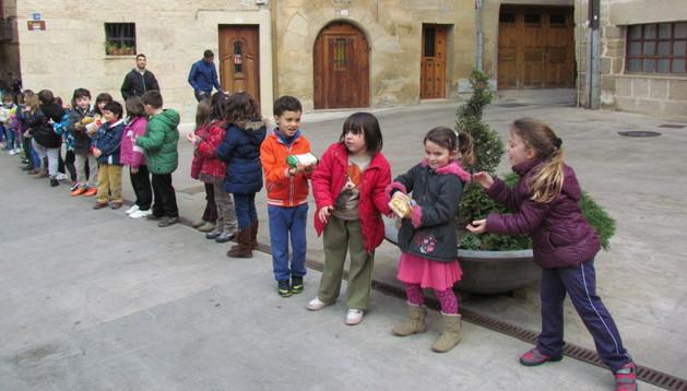 Un momento de la cadena que formaron, en este caso con los alumnos de los primeros cursos