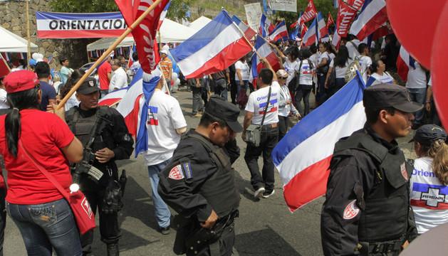 Agentes de la policía en las afueras de un centro de votación en El Salvador