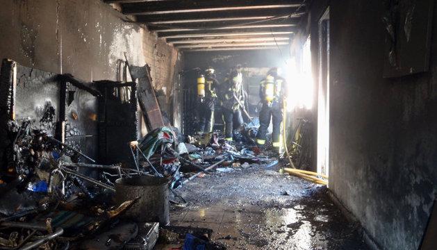 Los bomberos, en el lugar del incendio, este domingo en Tudela