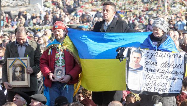 Varios ucranianos exhiben carteles durante un acto en la plaza de la Independencia de Kiev