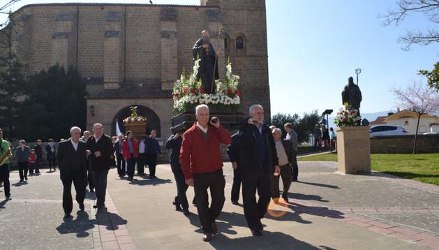 Tras la misa, la imagen de San Veremundo y las reliquias del santo pasearon por las calles de Villatuerta