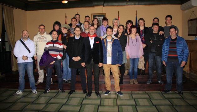 CON SUS AMIGOS. Esteban Oliver, en el centro con chaqueta y pañuelo rojo, posa junto a numerosos amigos de su infancia