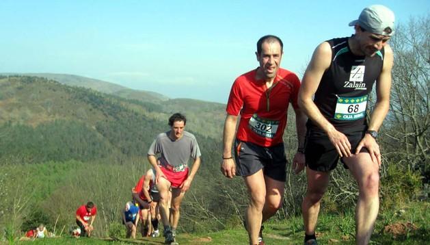 Corredores afrontando la subida por las laderas del Larun, durante una pasada edición de la cita de Bera.