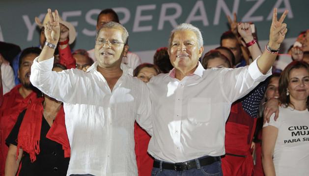 El candidato presidencial del gobernante Frente Farabundo Martí para la Liberación Nacional (FMLN) Salvador Sánchez Cerén (d) junto a su formula vicepresidencial Oscar Ortiz (i)
