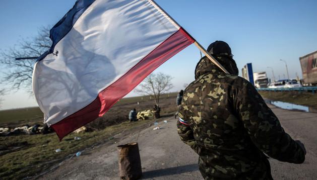 Una persona pro-rusa porta la bandera de Crimea