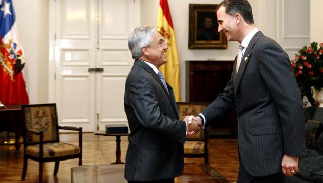 El Príncipe Felipe es recibido en el Palacio presidencial de La Moneda, en Santiago de Chile, por el presidente de la República, Sebastián Piñera