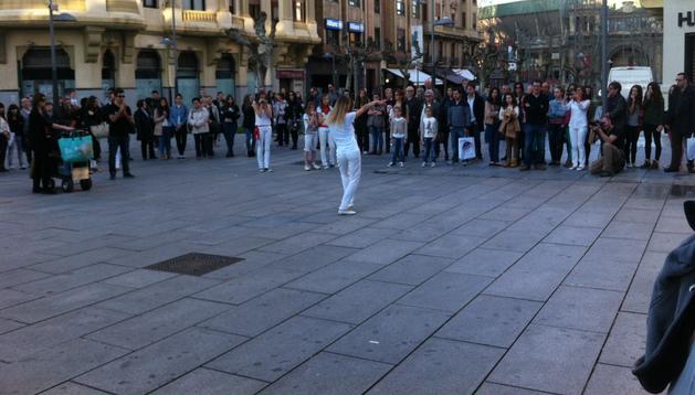 Unas 40 personas vestidas de San Fermín bailaron este sábado en Pamplona el 'Happy' de Pharrell Williams