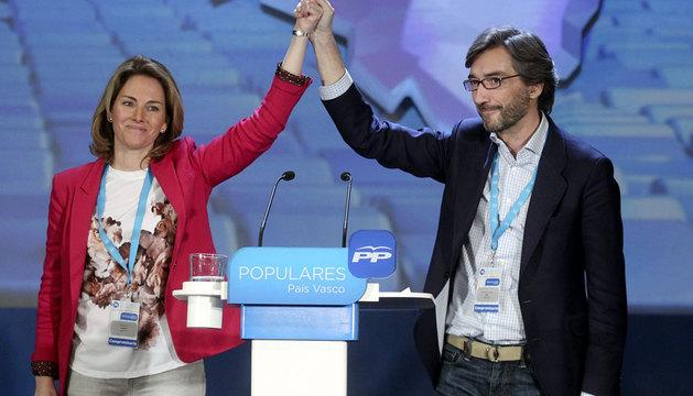 La presidenta del PP del País Vasco, Arantza Quiroga, saluda junto al exsecretario general de su formación, Iñaki Oyarzabal.