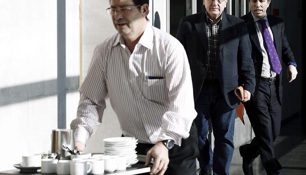 Los portavoces de Aralar-Nabai, Patxi Zabaleta (2d), y de UPN, Carlos García Adanero (d), se dirigen a la reunión de la Mesa y Junta de Portavoces en el Parlamento foral