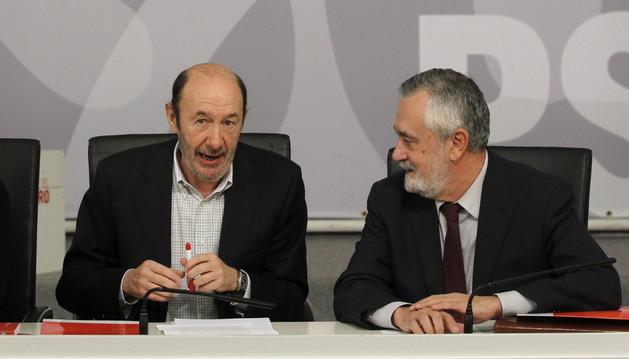 El secretario general del PSOE, Alfredo Pérez Rubalcaba (i) y el presidente del partido, José Antonio Griñán, durante la reunión de la Ejecutiva Federal.