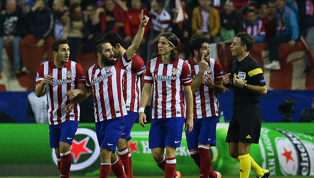 Los jugadores del Atlético celebran el gol de Arda Turan