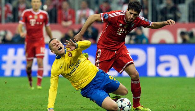 Javi Martínez comete falta sobre Podolski
