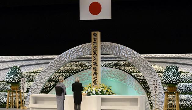 El emperador y su esposa durante la ceremonia en memoria de las víctimas del tsunami.