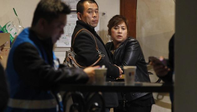 Familiares esperan a escuchar noticias de los pasajeros del vuelo de Malaysia Airlines desaparecido el pasado sábado.