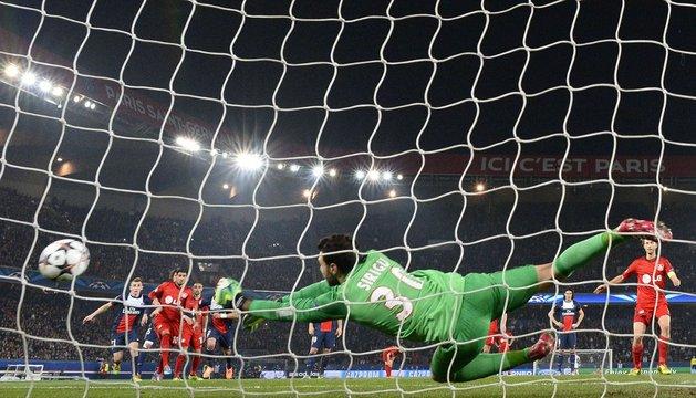Sirigu, portero del PSG, detiene un penalti