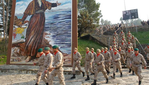 Una de las compañías del regimiento 'América' se dirige hacia el castillo de Javier