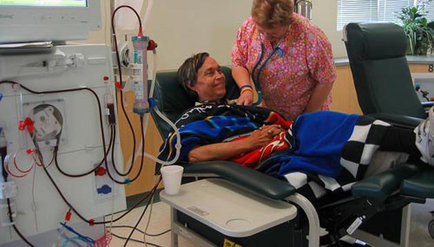 Un paciente recibe su sesión de diálisis en un hospital