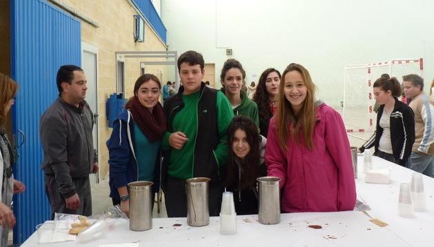 Un grupo de alumnos, durante el almuerzo solidario que distribuyeron estudiantes de 4º de Eso
