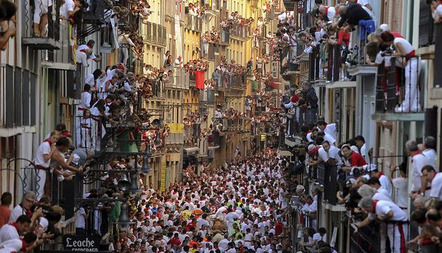 Imagen tomada por Pedro Armestre durante el primer encierro de las fiestas de San Fermín de 2013.