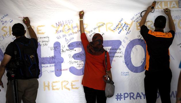 Periodistas escriben mensajes de ánimo a los pasajeros desaparecidos