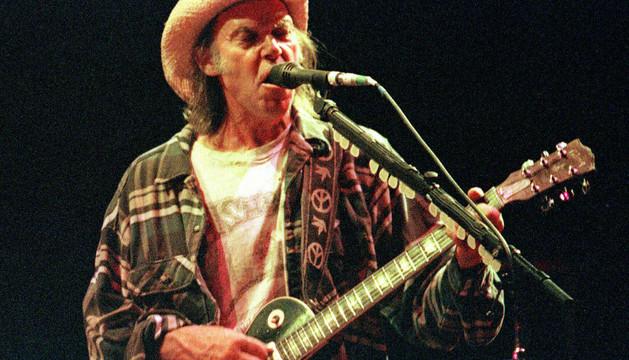 El cantante Neil Young en un concierto en 2001