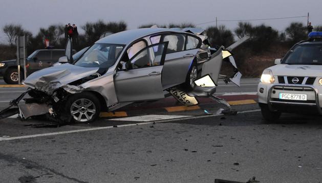 Tras recibir el impacto del camión, el coche quedó subido sobre una señal de la calzada
