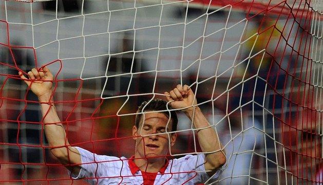 Kevin Gameiro, delantero del Sevilla, se lamenta tras fallar una ocasión de gol
