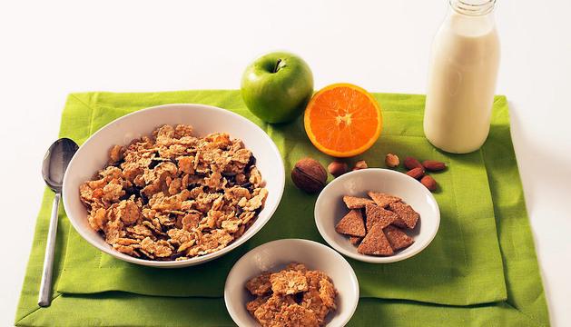 Desayuno compuesto por cereales, fruta, leche y frutos secos.