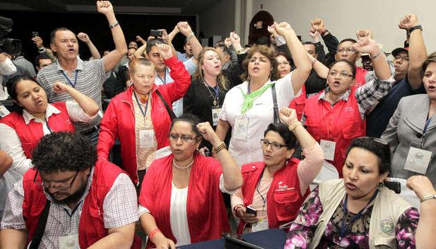 Diputados y simpatizantes del partido oficialista FMLN celebran la victoria electoral