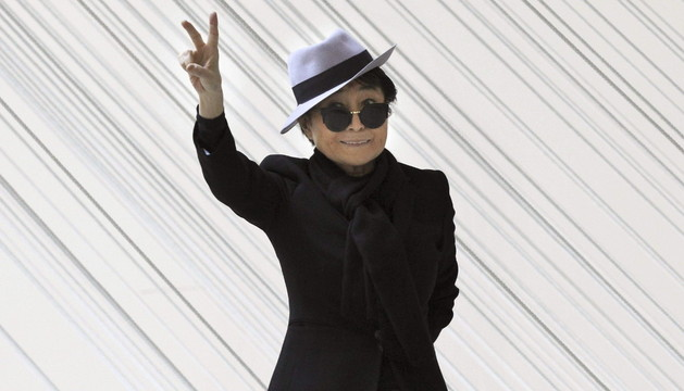 Yoko Ono, en el Guggenheim junto a la obra 'Rayos de la mañana/Lecho de río'