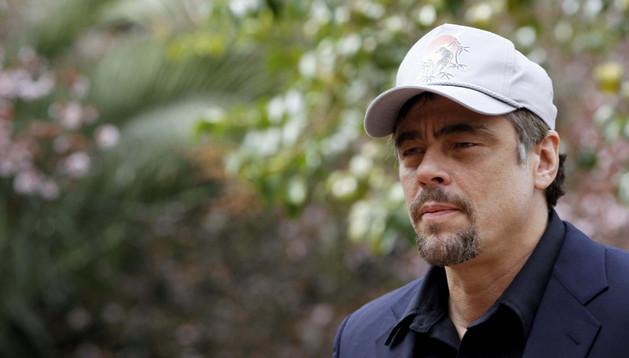 El actor Benicio del Toro posa para los medios durante el photocall de la nueva película de Fernando León 'A perfect day'.