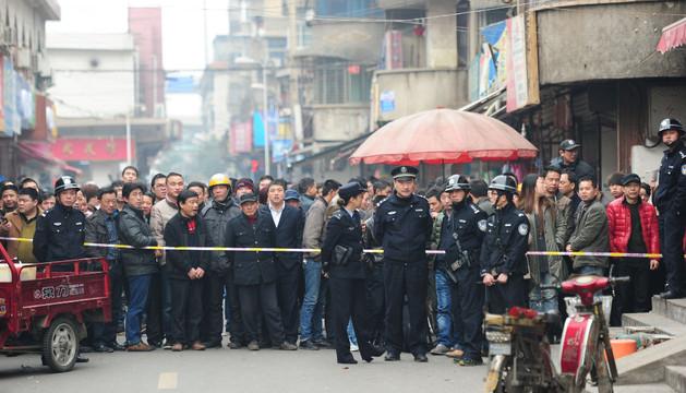 Viandantes observan el lugar del crimen en Changsha, en la provincia de Hunan