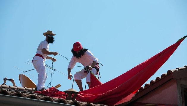 Dos de los acusados, en uno de los tejados de la Plaza Consistorial, en el momento de desplegar la ikurriña.